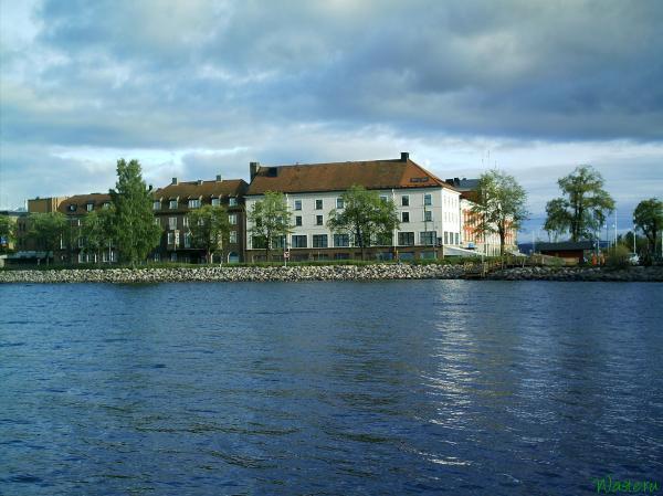 Вид на гостиницу Elit Hotel с пирса озера Веттерн