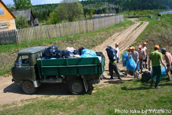 Погрузка мешков с мусором в грузовик