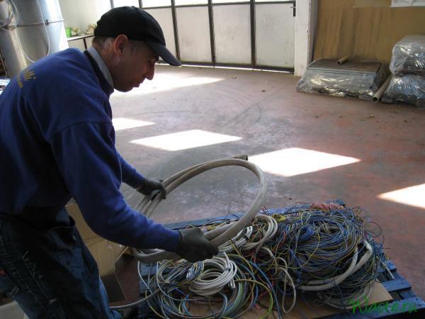 Куски кабеля и проводов, подготовленные для испытания