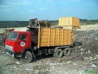 Разгрузка мусоровоза на полигоне