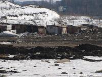Жилье для рабочих на незаконной свалке возле аэропорта Шереметьево