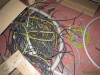 Толстый силовой кабель, разрезанный на куски