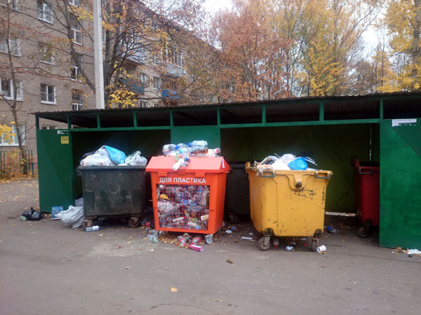 Площадка с контейнерами для раздельного сбора мусора