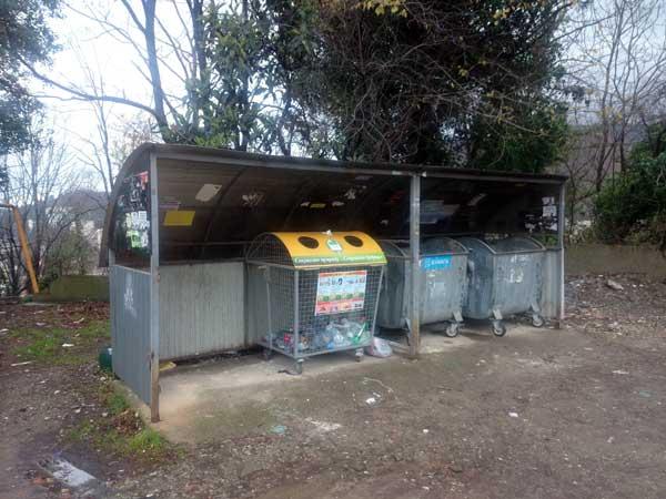 Крытая контейнерная площадка для сбора твердых коммунальных отходов в Хосте