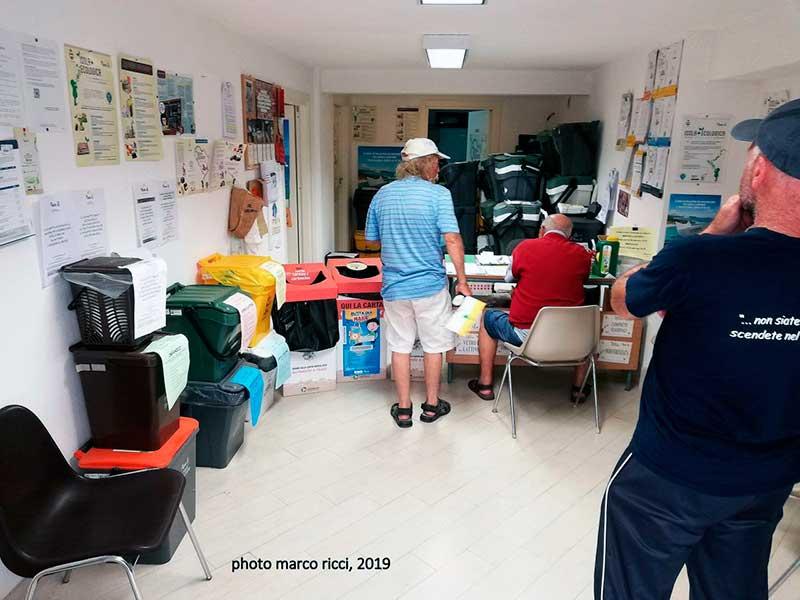Информационные стенды, которые помогают жителям и туристам понять, как правильно сортировать вторсырье и как правильно управлять ТБО