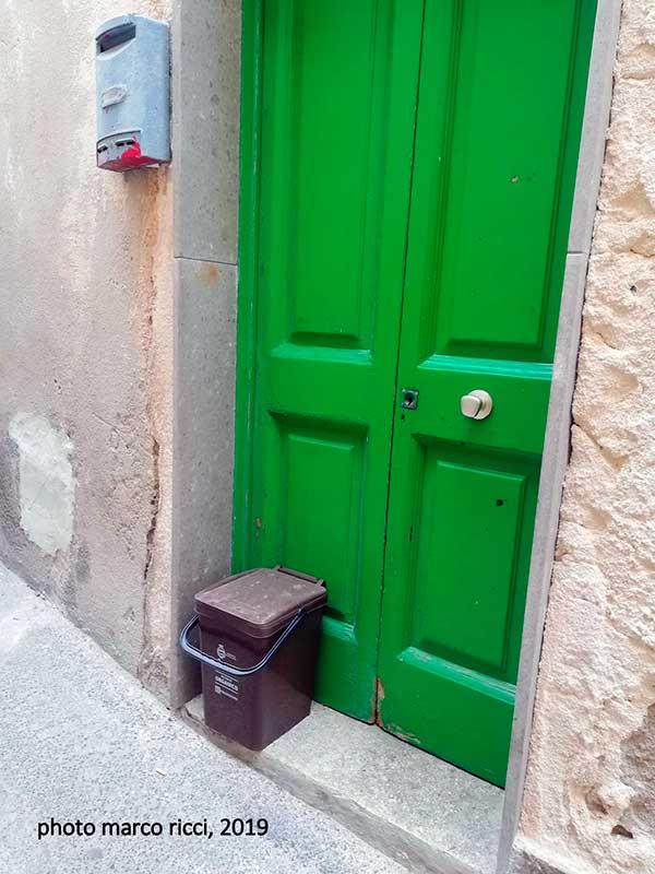 Специальное ведро для сбора органических отходов у двери