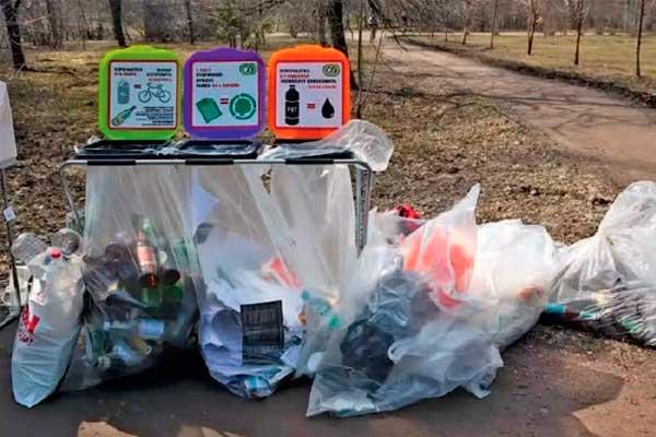 Сбор предварительно сортированных в оборотные пакеты различного цвета для мусора вместимостью до 10 кг